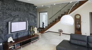 Szukając pomysłu na piękną i niebanalną dekorację ścian w salonie, warto sięgnąć po kamień. Zobaczcie jak prezentuje się on w polskich domach.