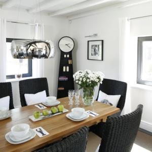 Tradycyjne drewniane krzesła zostały zastąpione wiklinowymi. Białe poduchy sprawiają, że są wyjątkowo wygodne.