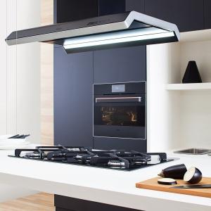 Okap wyspowy IN900BI z linii Amica.IN jest wyposażony w system szerokokątnego oświetlenia diodowego, które idealnie oświetla powierzchnię roboczą i tworzy niesamowitą atmosferę w kuchni. Fot. Amica.