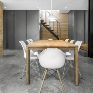Beton we wnętrzach nadaje im nieco surowy, modernistyczny charakter. W duecie z drewnem nadaje wnętrzu elegancki wyraz, oparty na grze kontrastów. Projekt: Projekt: YH2. Fot. Julien Perron-Gagné.
