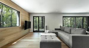 Zaprojektowany przez kanadyjską pracownię YH2, Spahaus to jeden z wielu domków, tworzących osiedle rezydencji, położonych w popularnym kanadyjskim kurorcie narciarskim.