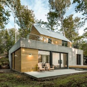 Beton i drewno to również dwa główne materiały wykończeniowe na elewacjach budynku. Projekt: Projekt: YH2. Fot. Julien Perron-Gagné.