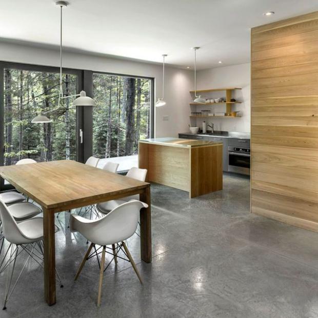 Nowoczesny dom: szare wnętrze ocieplone drewnem