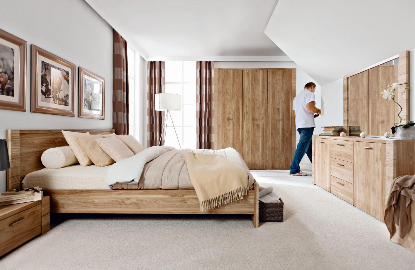 Meble do sypialni Raflo charakteryzują się delikatnym, jasnym odcieniem drewna i zdobionymi bokami brył. Ryflowane brzegi dodają całej kolekcji jeszcze większej naturalności. Fot. Black Red White.
