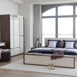 Kolekcja Inbox zachwyca połyskującymi frontami w kremowym kolorze. Nada sypialni ciepłego, przytulnego klimatu, choć utrzymana jest w nowoczesnej konwencji. Fot. Meble Vox.