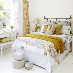 Miękka pościel, puszyste narzuty i duża ilość poduszek sprawią, że sypialnia stanie się znacznie cieplejsza. Fot. Furniture Village.