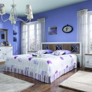 Kolekcja mebli Provance przywodzi na myśl sielskie wnętrza z francuskich domów. Postarzane komody i półki dodadzą sypialni charakteru. Fot. Meble Krysiak.
