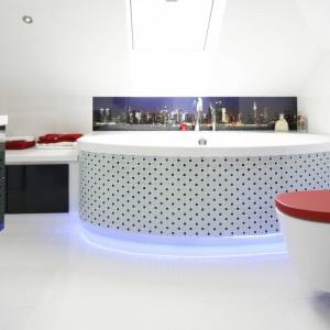 Łazienka na poddaszu to białe wnętrze z modnymi akcentami czerni i czerwieni. Projekt: Marta Kilan. Fot. Bartosz Jarosz.