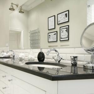 W wąskiej łazience dobrze sprawdzi się duża tafla lustra i białe płytki stylizowane na cegły. Projekt: Iwona Kurkowska. Fot. Bartosz Jarosz.