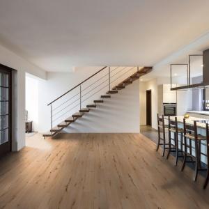 Wyglądające jak naturalne drewno deski wykonano z materiału poddawanemu recyklingowi - jest zatem elegancko i ekologicznie. Fot. RuckZuck.