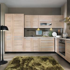 Kuchnię, w której ściany i podłoga są utrzymane w różnych odcieniach szarości ocieplono meblami z drewnianym dekorem w kolorze jasnego drewna. Wrażenie przytulności dodatkowo potęgują delikatne frezowania na frontach. Fot. Black Red White.