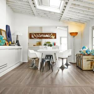 Ceramiczne płytki drewnopodobne do złudzenia przypominają naturalne drewniane deski. W połączeniu z białą zabudową kuchenną tworzą we wnętrzu skandynawski klimat. Fot. Cerim.