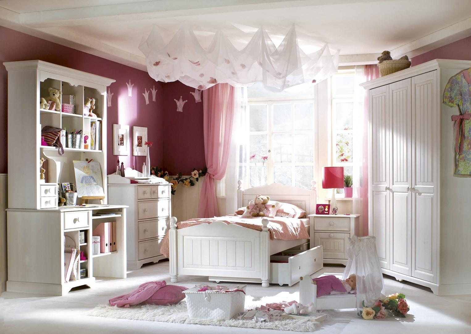 Cinderella Premium to kolekcja idealna dla romantycznych dziewczynek. Białe meble utrzymano w eleganckim, francuskim klimacie. Fot. Bydgoskie Meble.