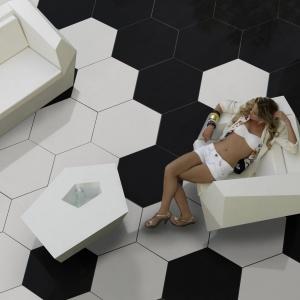 Biel i czerń – płytki sześciokąty Gallery Hexagonal firmy Land Porcelanico. Fot. Land Porcelanico.