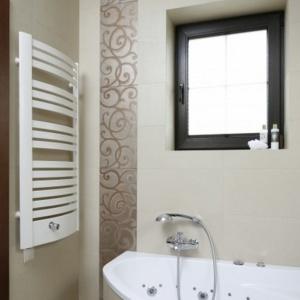 Beżowe płytki ceramiczne to okładzina idealna także do małej łazienki. Projekt: Kinga Śliwa. Fot. Bartosz Jarosz.