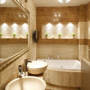 Wąska łazienka w beżach ma okładziny z naturalnego kamienia. Projekt: Jolanta Kwilman. Fot. Bartosz Jarosz.