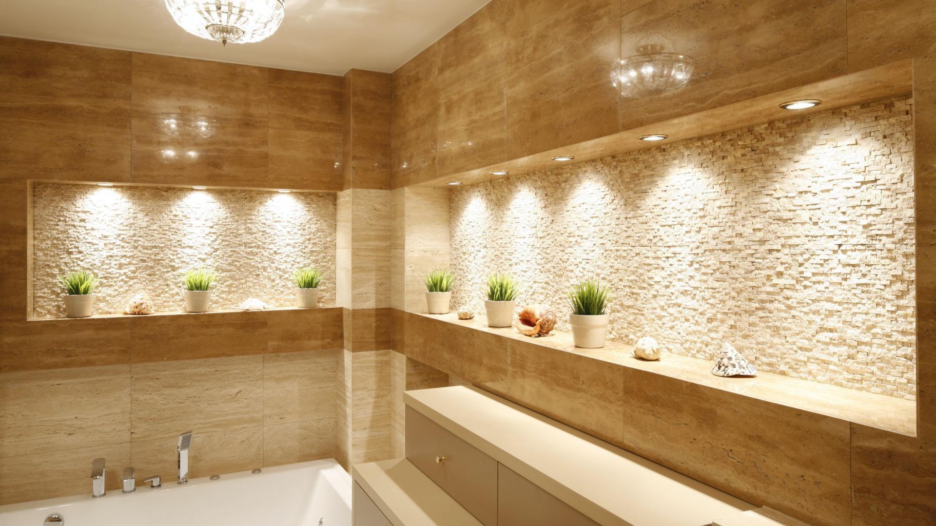Eleganckie wnęki w ścianach zostały pięknie doświetlone małymi lampkami. Projekt: Jolanta Kwilman. Fot. Bartosz Jarosz.