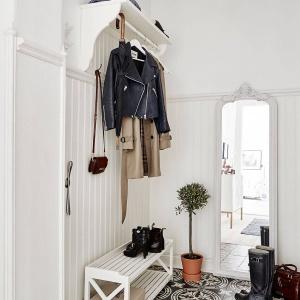 W strefie wejścia podłogę wykończono pięknymi, wzorzystymi płytkami. Fot. Stadshem.se/Jonas Berg.