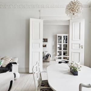 Z salonu możemy bezpośrednio przejść do mniejszej sypialni. Komunikację zapewniają piękne, podwójne drzwi, typowe dla starych kamienic. Fot. Stadshem.se/Jonas Berg.