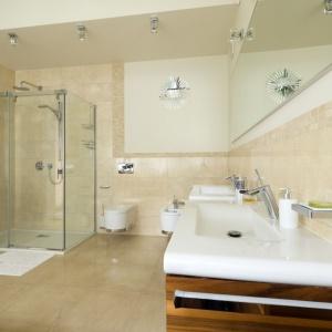 Łazienka o dużym metrażu ma przestronną kabinę prysznicową zamontowaną w narożniku. Projekt: Tomasz Tubisz. Fot. Przemysław Andruk.
