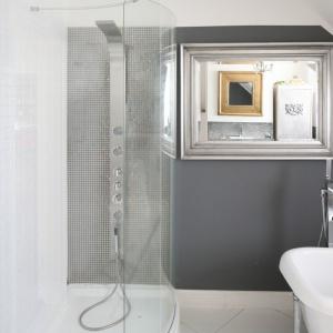 Elegancki salon kąpielowy w szarościach jest wyposażony w wannę i kabinę prysznicową. Projekt: Magdalena Konochowicz. Fot. Bartosz Jarosz.