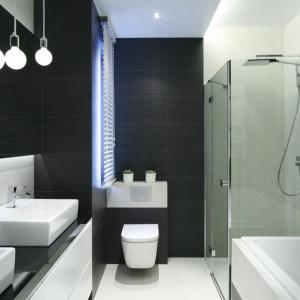 Narożna kabina prysznicowa ma lekką formę, dzięki czemu nie przytłacza aranżacji łazienki. Projekt: Lucyna Stanek-Szadujko, Łukasz Szadujko. Fot. Bartosz Jarosz.