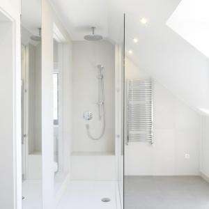 Łazienka pod skosami ma narożną kabinę prysznicową z deszczownicą. Projekt: Kamila Paszkiewicz. Fot. Bartosz Jarosz.