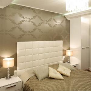 Tapeta w złotym kolorze sprawi, że sypialnia stanie się elegancka, ale też niezwykle przytulna. Najlepiej połączyć złoto z beżową barwą ścian i kremowymi dodatkami. Projekt: Karolina Łuczyńska. Fot. Bartosz Jarosz.