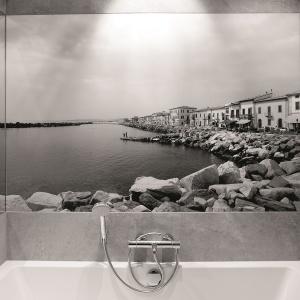 Fototapeta na płycie PCV w małej, blokowej łazience. Projekt: Lucyna Kołodziejska. Fot. Bartosz Jarosz.