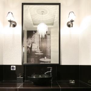 Fototapeta ze zdjęciem paryskiej kafejki jest przyklejona na ścianie na sedesem. Projekt: właściciele. Fot. Bartosz Jarosz.