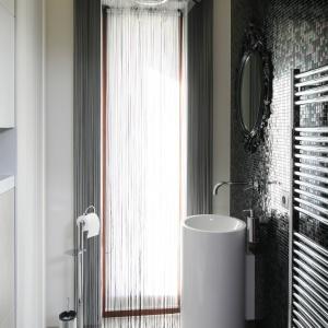 W toalecie gościnnej znajdują się podłogowa umywalka o małej średnicy oraz krótki sedes (nad nim są szafki). Projekt: Magdalena i Marcin Konopka. Fot. Bartosz Jarosz