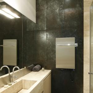 Łazienka była tak wąska, że umywalkę wykonano na zamówienie, by można było otwierać kabinę. Pod blatem jest pralka typu slim. Projekt: Iza Mildner. Fot. Bartosz Jarosz.