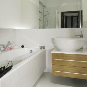 Powierzchnia 6 metrów kwadratowych. Rodzinna łazienka z wanną, kabiną prysznicową oraz dużą szafką podumywalkową. Projekt: Katarzyna Krochmal. Fot. Monika Filipiuk-Obałek.