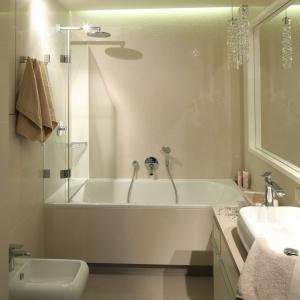 Powierzchnia 6 metrów kwadratowych. W tej łazience wanna jest wyposażona w szklany panel, dzięki czemu można z niej korzystać również jak z prysznica. Projekt: Małgorzata Borzyszkowska. Fot. Bartosz Jarosz