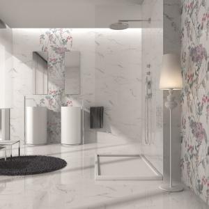 Płytki a la biały marmur – w kolekcji Statuario firmy Ibero są też kwiatowe dekory. Fot. Ibero
