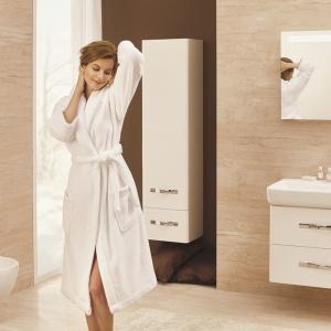 Urban Harmony to wyposażenie łazienki z oferty firmy Opoczno. Białe szafki pasują do aranżacji w każdym stylu. Fot. Opoczno.