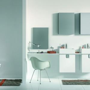 Białe szafki podumywalkowe mają modne, minimalistyczne formy. Na zdjęciu: kolekcja Twins firmy Koło. Fot. Koło.
