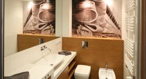 Łazienka ma tylko 5 metrów, a wydaje się tak duża. Są tutaj schowki, prysznic i pralka.