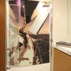 Fototapeta na ścianie kabiny to nadruk na szkle odporny na wodę. Fot. Bartosz Jarosz.