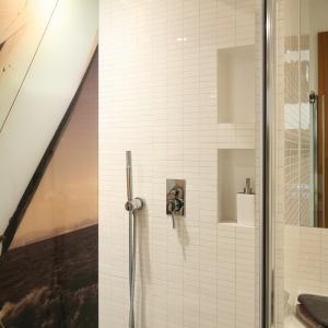 W kabinie znajdują się m.in. deszczownica i rączka prysznicowa. Fot. Bartosz Jarosz.