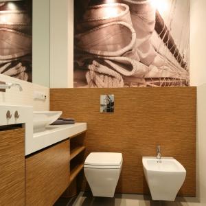 Mała i wąska łazienka jest wygodna na co dzień. W najwyższej szafce znajduje się pralka. Fot. Bartosz Jarosz.