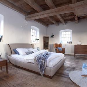 Rama w sypialni Joy wykonana jest z dębowego drewna, zaś tkanina, którą wykończono łóżko to przyjemna i ciepła wełna. Fot. Swarzędz Home.