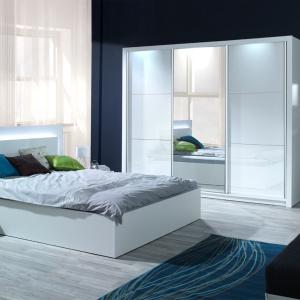Sypialnia Siena w kolorze białym na wysoki połysk. Oparcie łóżka wyposażone jest w efektowny system oświetlania, które może posłużyć jako alternatywa dla lampki nocnej. Fot. Agata Meble.