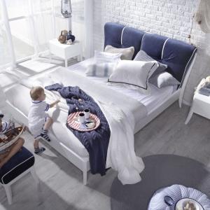Łóżko Dream Luxury Marina pasuje do sypialni w marynistycznym stylu. Zagłówek wykończony pluszową tkaniną pięknie ozdobi wnętrze. Fot. Swarzędz Home.