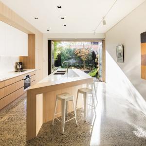 Obszerna kuchnia z wyspą zachwyca nowoczesnym wzornictwem. Wyspa stanęła w centrum pomieszczenia i przyciąga wzrok oryginalną, geometryczną formą. Projekt: Mitsuori Architects. Fot. Michael Kai Photography.