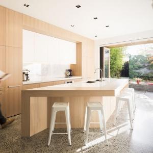 Wyspa kuchenna pełni kilka funkcji jednocześnie: powierzchni roboczej, strefy zmywania oraz dużego, domowego baru. Projekt: Mitsuori Architects. Fot. Michael Kai Photography.