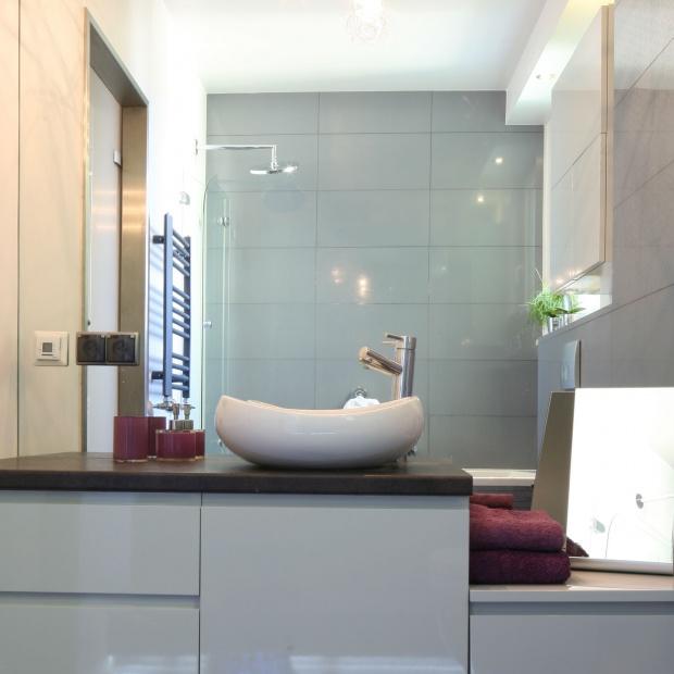 Szara łazienka - postaw na wannę z parawanem