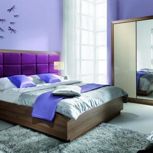 Sypialnia Juliet firmy Wajnert charakteryzuje się ogromnym tapicerowanym wezgłowiem. Dostępna jest w pięknym fioletowym kolorze. Fot. Wajnert.