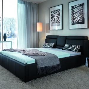Regulowane zagłówki łóżka Katalia zapewniają ogromną wygodę podczas czytania przed snem, a opuszczana półka przyda się na kubek z gorącą herbatą. Podnoszony do góry stelaż skrywa także pojemnik na pościel. Fot. Bydgoskie Meble.