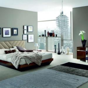 Naturalna szlachetność drewnianych powierzchni (orzech włoski) polakierowana na wysoki połysk w połączeniu z tapicerowanym wezgłowiem łóżka Italia tworzą wysublimowane połączenie. Fot. Kler.